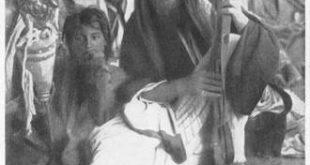 شيخ طيء وعلى يمينه يجلس ابنه فرحان ( 9 سنوات)