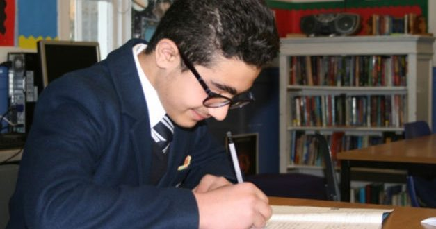 طفل سوري.. من مخيمات اللجوء إلى طالب بأرقى المدارس في المملكة المتحدة