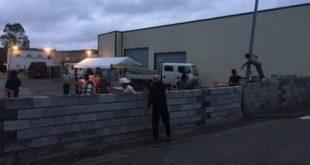 متظاهرون فرنسيون ينشؤون جداراً حول فندق لمنع تحويله إلى ملجأ للاجئين